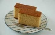 はちみつカステラ 国産小麦粉を100%使用し、膨張剤を使用せずふっくらと焼き上げたやさしい甘さとはちみつ風味のカステラです。 原材料…鶏卵、砂糖(三温糖)、小麦粉(国産小麦粉)蜂蜜
